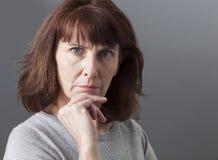 Stolz und Arroganz für missfallene reife Frau lizenzfreies stockbild