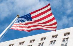 Stolz von Amerika Amerikanische Flagge auf dem Hintergrund von Rathaus von Los Angeles Lizenzfreie Stockfotografie
