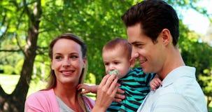 Stolze Eltern, die an der Kamera hält Babysohn lächeln stock video footage