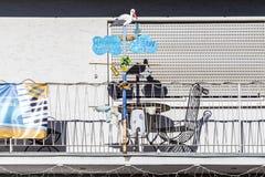 Stolze Eltern zeigen mit dem Symbol storck, dass ein Baby geboren war Lizenzfreie Stockfotografie