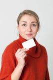Stolze junge Frau, die in der Hand Bankgeschäft oder -Kreditkarte hält Lizenzfreie Stockfotografie