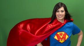 Stolze Mamma als Supermutter auf grünem Schirm Stockbilder