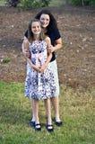 Stolze Mutter und Tochter lizenzfreies stockbild