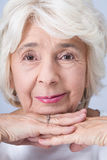 Stolze und überzeugte ältere Frau stockfotografie