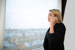 Stolzer CEO, der Handy für Anruf während des Arbeitsbruches verwendet lizenzfreies stockbild