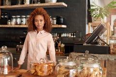 Stolzer Inhaber ihres eigenen Cafés stockfotografie