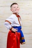 Stolzer Junge in einem bunten Kostüm Stockbild