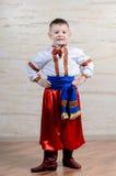 Stolzer Junge in einem bunten Kostüm Stockfotografie