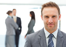 Stolzer Manager, der vor seinem Team aufwirft Lizenzfreies Stockfoto