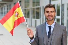 Stolzer Mann, der die spanische Flagge wellenartig bewegt Stockfotografie