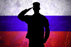 Stolzer russischer Soldat auf russischem Flaggenhintergrund Stockfoto