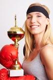 Stolzer weiblicher Boxer mit Trophäe Stockfoto