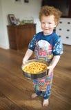 Stolzes Kind mit Apfelkuchen Stockfotos