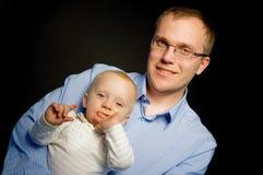 Stolzes Vaterholding-Baby Stockbild