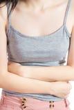 Stomachache в женщине изолированной на белой предпосылке Путь клиппирования на белой предпосылке стоковая фотография