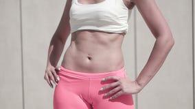 Stomache μιας όμορφης λεπτής αθλητικής γυναίκας απόθεμα βίντεο