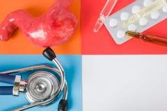 Stomaco di sanità o medico di progetto di concetto dell'foto-organo, stetoscopio dello strumento e pillole mediche diagnostiche e immagine stock libera da diritti
