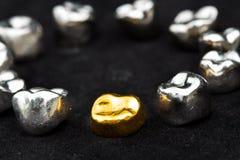 Stomatologicznego złota i metalu zębu korony na ciemnym czerni ukazują się Fotografia Royalty Free