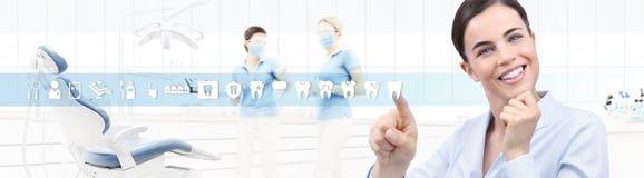 Stomatologicznej opieki pojęcie, piękna uśmiechnięta kobieta na dentysta kliniki b royalty ilustracja