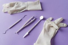 Stomatologiczni instrumenty i medyczne rękawiczki na kolorowym tle zdjęcia royalty free