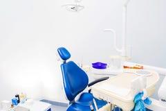 Stomatologiczni narzędzia i dentysty krzesło przy dentysty biurem obrazy stock