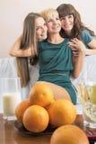 Stomatologiczni zdrowie i higieny pojęcia: Trzy młodej damy z Teet Zdjęcie Stock
