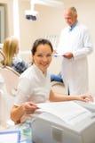 Stomatologiczny asystent przygotowywa cierpliwego osobistego dokument obrazy stock