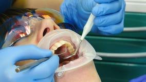 Stomatologiczny kliniki pojęcie Zbliżenie strzelał dentysty częstowania żeński pacjent z expander w usta W Nowożytny Stomatologic zbiory