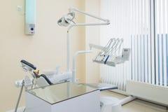 Stomatologiczny kliniki wnętrze z nowożytnym dentystyki wyposażeniem obraz royalty free