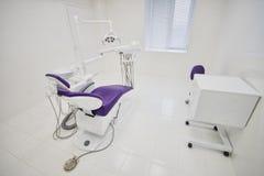 Stomatologiczny kliniki wnętrze z nowożytnym dentystyki wyposażeniem, operaci biuro obrazy royalty free