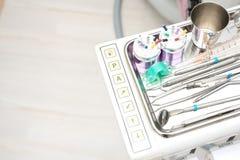 Stomatologiczny kliniki wyposażenie na metalu talerzu zdjęcia royalty free
