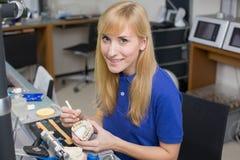 Stomatologiczny lab technik stosuje porcelanę uzębienie foremka obrazy royalty free