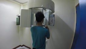 Stomatologiczny pacjent przechodzi czaszki promieniowanie rentgenowskie zbiory wideo