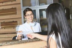 Stomatologiczny pomoc recepcjonisty spotkanie zdjęcie stock