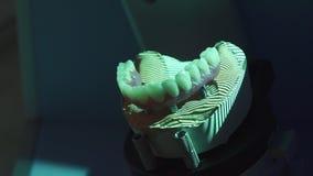 Stomatologiczny protetyczny przywrócenie Denturist robi cyfrowemu modelowi, skanuje sculpted plastikowego denture z zaawansowany  zbiory