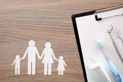 Stomatologiczny ubezpieczenie na drewno stole dla całej rodziny obrazy royalty free