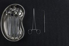 Stomatologieausrüstung auf dunklem Hintergrund lizenzfreies stockbild