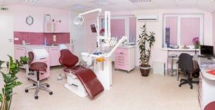 Stomatologieinnenraum der modernen zahnmedizinischen Klinik mit Fachmann lizenzfreies stockbild