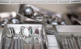 Stomatologisch instrument in de tandartsenkliniek Verrichting, tandvervanging Stock Afbeelding