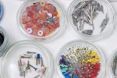 Stomatologisch instrument in de tandartsenkliniek Verrichting, tandvervanging Stock Foto
