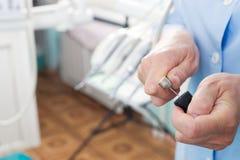 Stomatologisches Instrument in der Zahnarztklinik Operation, Zahnersatz Lizenzfreies Stockbild