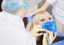 stomatologist的椅子的白肤金发的妇女 免版税库存照片