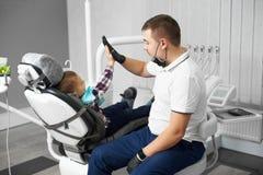Stomatologist и милый ребенк после обрабатывать давать зубов высоко--5 стоковые фотографии rf