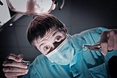 Stomatologist effrayant fou de docteur photo stock