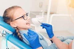Stomatologist que visita de la señora adolescente elegante en la clínica Fotografía de archivo libre de regalías