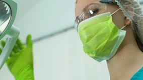 Stomatologo femminile che esamina cavità orale paziente con lo specchio di bocca, medicina stock footage
