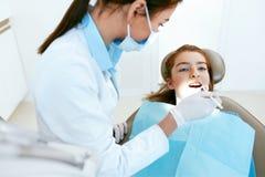Stomatology Dentes de Working With Girl do dentista na clínica dental imagens de stock royalty free