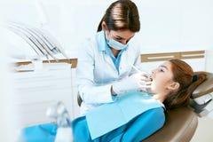 Stomatology Dentes de Working With Girl do dentista na clínica dental foto de stock royalty free