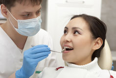 Stomatology pojęcie - męski dentysta z lustrzanym sprawdza pacjentem Obraz Royalty Free