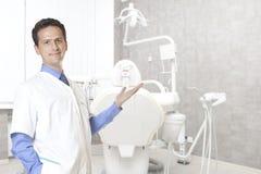 Stomatologybegrepp - lycklig manlig tandläkare på det tand- klinikkontoret arkivfoto